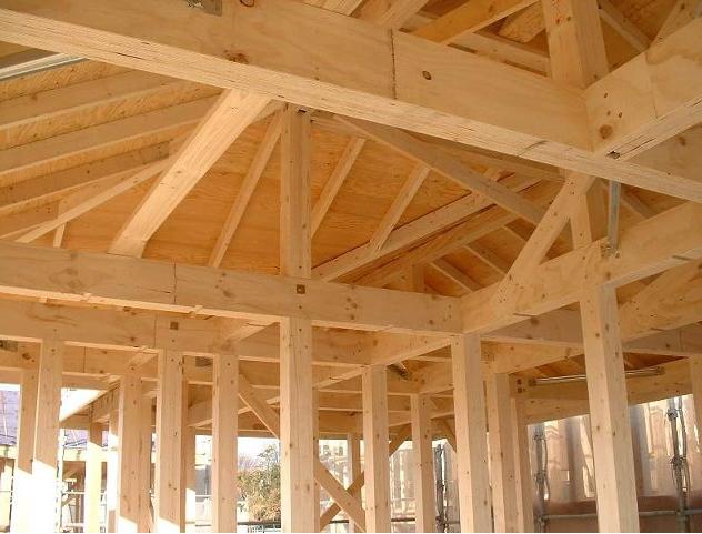 Фото.  Основа любого каркасного дома - это деревянный каркас из размерных или строганых пиломатериалов.